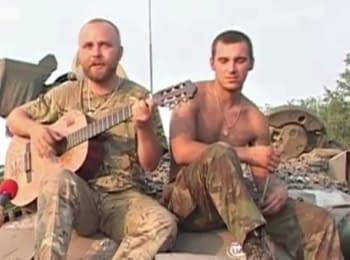 Боєць АТО співає на броні танка