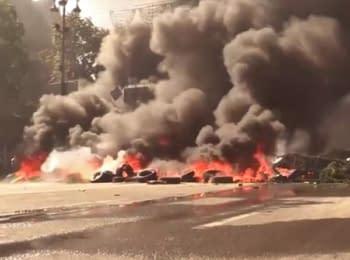 На Майдані в Києві розбирають барикади і палять шини, 07.08.2014