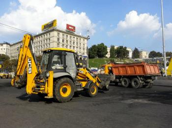 Розбір барикад на Майдані в Києві (08.08.2014)