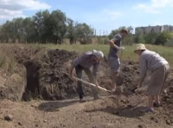 In Mariupol the locals dig defensive trenches