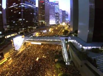 Зйомка з безпілотника показує, як тисячі людей заповнюють вулиці Гонконгу