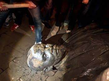 В Кривом Роге повалили памятник Ленину на проспекте Металлургов, 02.10.2014