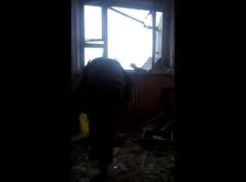 """""""Киборг"""" вывешивает флаг Украины на здании Донецкого аэропорта"""