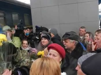 Soldiers released from captivity are welcomed at the railway station