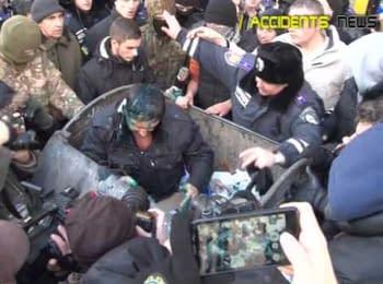 #trashbucketchallenge в Харькове: митингующие бросили депутата Скоробагача в мусорный бак