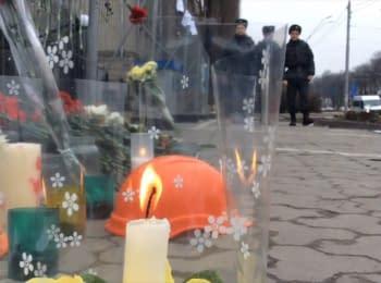 Кияни поклали квіти біля посольства Росії на знак пам'яті про Нємцова