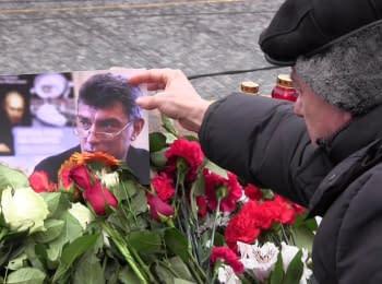Москвичі несуть квіти до місця вбивства Бориса Нємцова