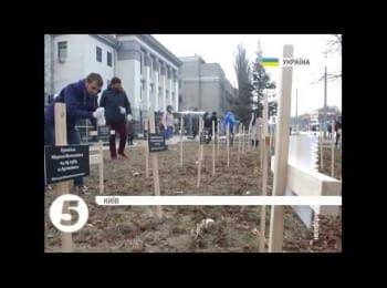 Посольство РФ в Киеве обложили крестами