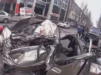 Танк бойовиків розчавив легковий автомобіль в Донецьку