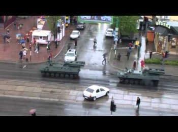 Колонна военной техники боевиков в Луганске