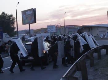 Осокорки: Люди в масках, активісти та міліція - бійка на скандальному будмайданчику