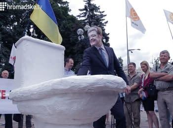 """Активисты продемонстрировали, как президент Порошенко """"сливает"""" антикоррупционную реформу"""