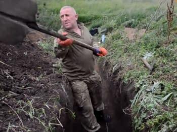 Добровольці зі Слов'янська рили окопи на передовій, щоб допомогти бійцям