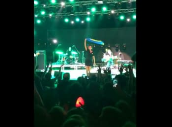 Zemfira performed in Georgia with a flag of Ukraine