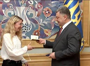 Президент вручил паспорта граждан Украины Ульяне и Марку Супрун