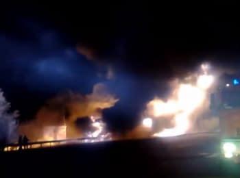 На автотрасі Київ-Харків перекинувся і вибухнув бензовоз
