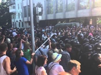 """Сутичка між правоохоронцями і протестувальниками біля готелю """"Київ"""""""