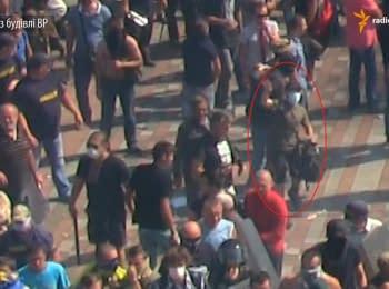 Радіо Свобода зняли на відео людину, яка кидає гранату в силовиків під ВР