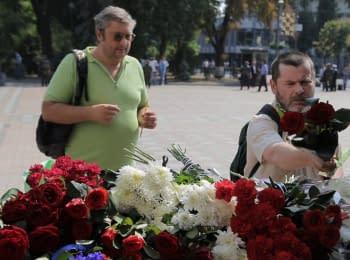 Відучора люди продовжують нести квіти і свічки до Верховної Ради