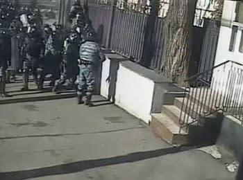 """""""Berkut"""" beats operator and journalist of the """"5 Kanal"""", February 2014"""