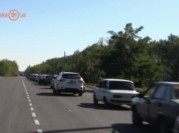 Queues and business at the checkpoint near Artemivsk