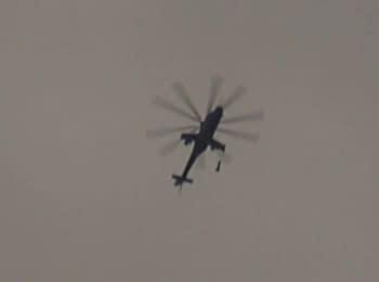 Военный Ми-24 сбрасывает бомбы на жилой район, пригород Дарайи, Сирия