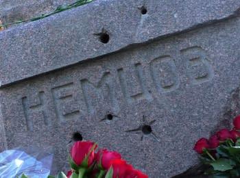 Пам'ятник Борису Нємцову на Троєкурівському кладовищі