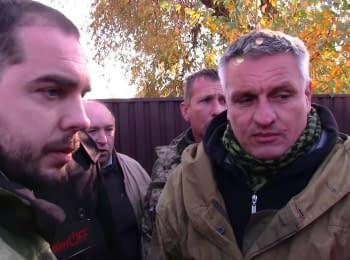Близько 100 автомобілів приїхали під дім Петра Порошенка