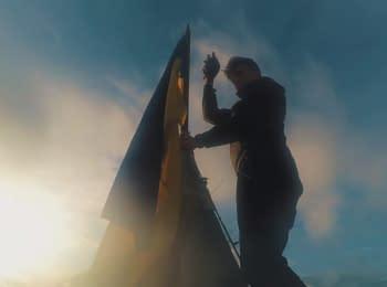 """Руферы установили украинский флаг на шпиле """"Дома со звездой"""" в Киеве"""