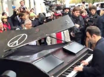 """Чоловік грає """"Imagine"""" Джона Ленона на піаніно поблизу місця теракту в Батаклані"""