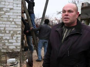 Червоний Хрест і місцеві жителі відновлюють зруйновані будинки на Донбасі