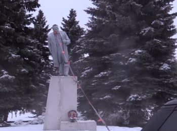 Statue of Lenin toppled in Zolochiv