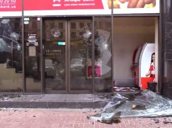 В центре Киева активисты разгромили «Альфа-банк» и забросали камнями офис Ахметова
