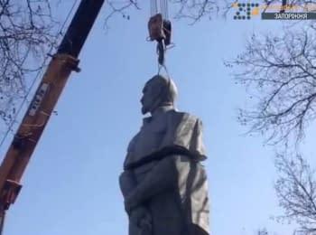 """У Запоріжжі """"декомунізували"""" пам'ятник Дзержинському"""