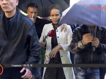 Сутичка під час ходи в Слов'янську. Королевську облили зеленкою
