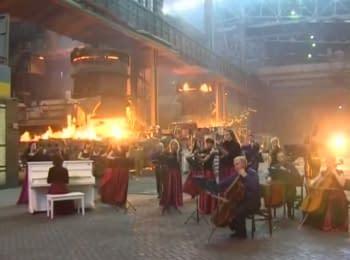 """Оркестр играет мелодию из """"Игры престолов"""" в цехе мариупольского металлургического к-та им. Ильича."""