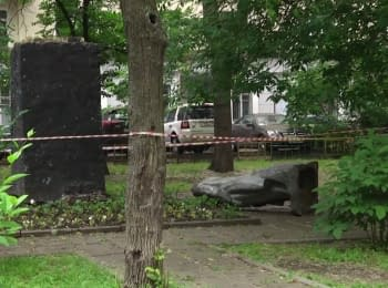 Statue of Lenin was toppled in the center of Moscow, 07.06.2016