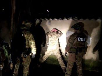 Деталі затримання військовослужбовця, який мав переправити зброю для застосування під час мирних заходів